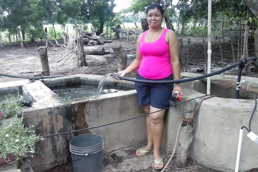 Gladis vor ihrem fertigen Brunnen